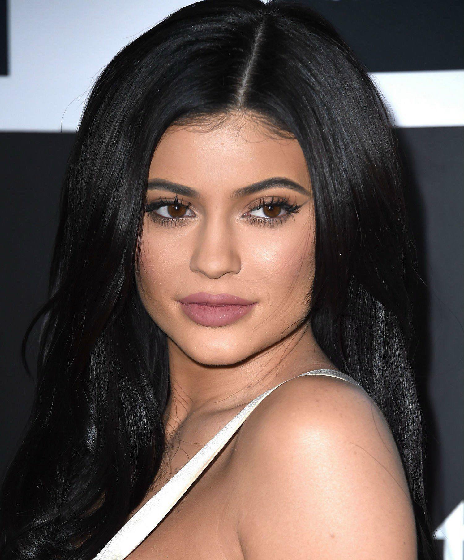 beauty-2016-01-kylie-jenner-makeup-hair-main-beauty