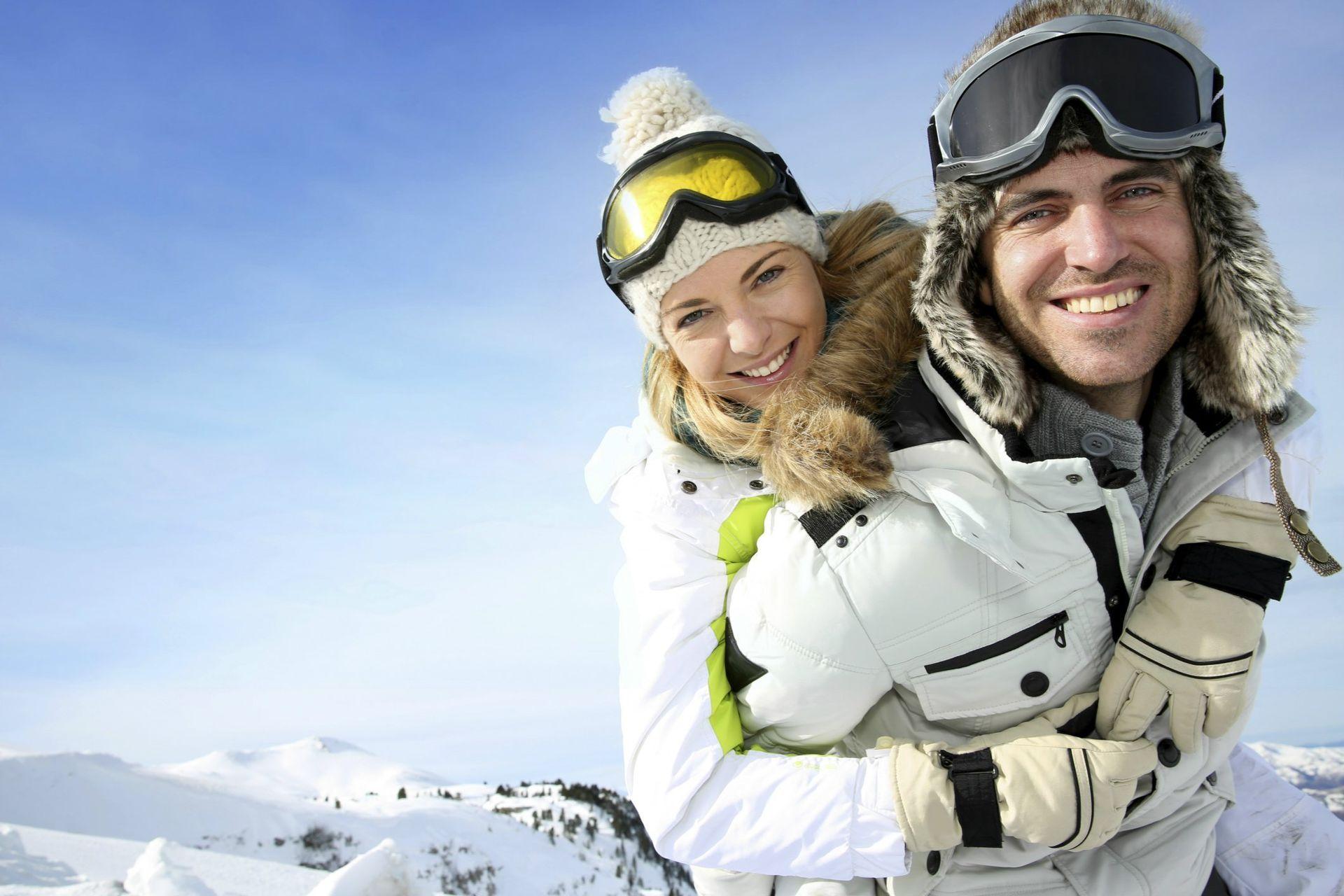 happy-skiing-couplevail-travel-couple