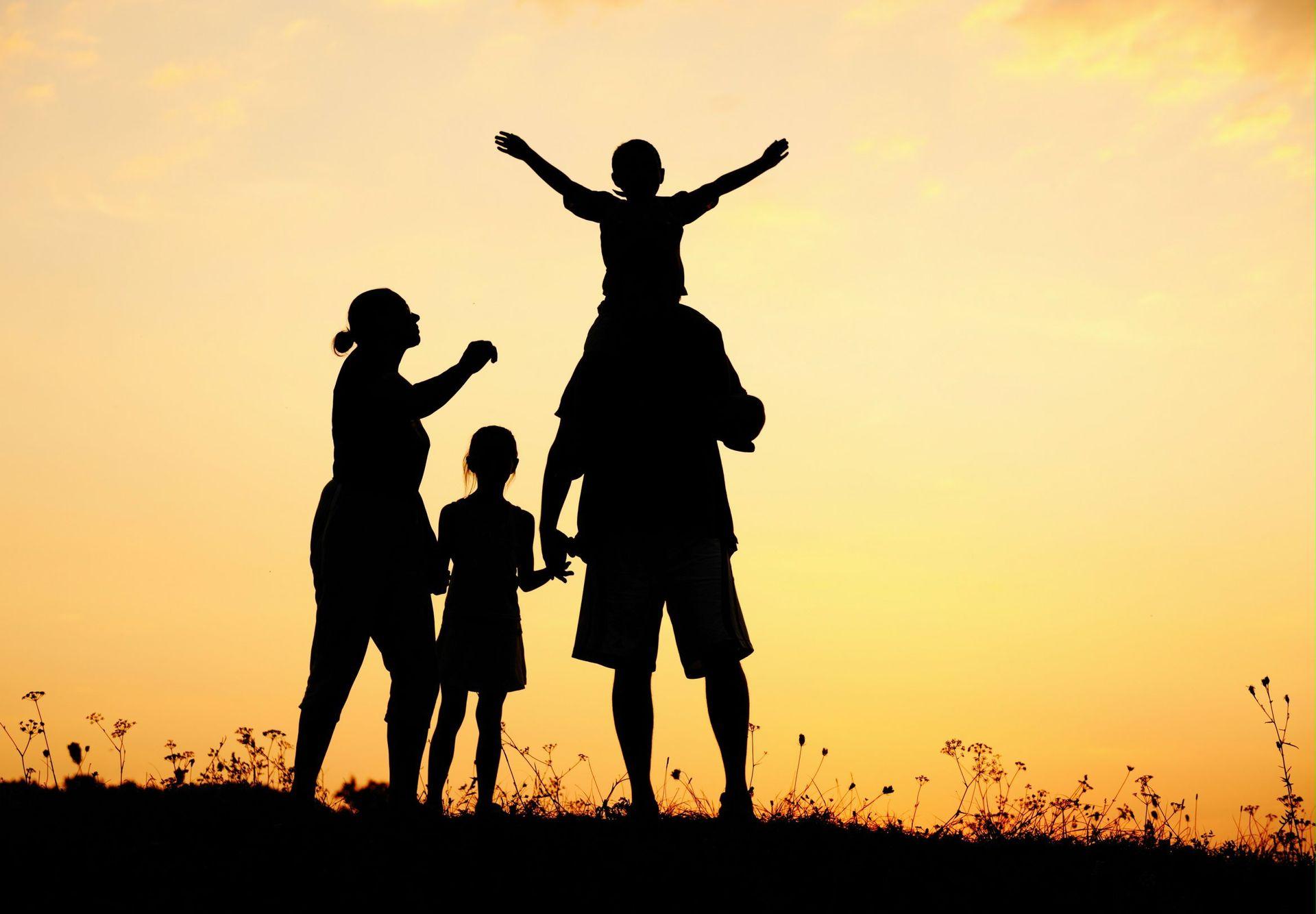 kozzi-happy_family_in_nature_at_sunset-2338×1624-happy-family