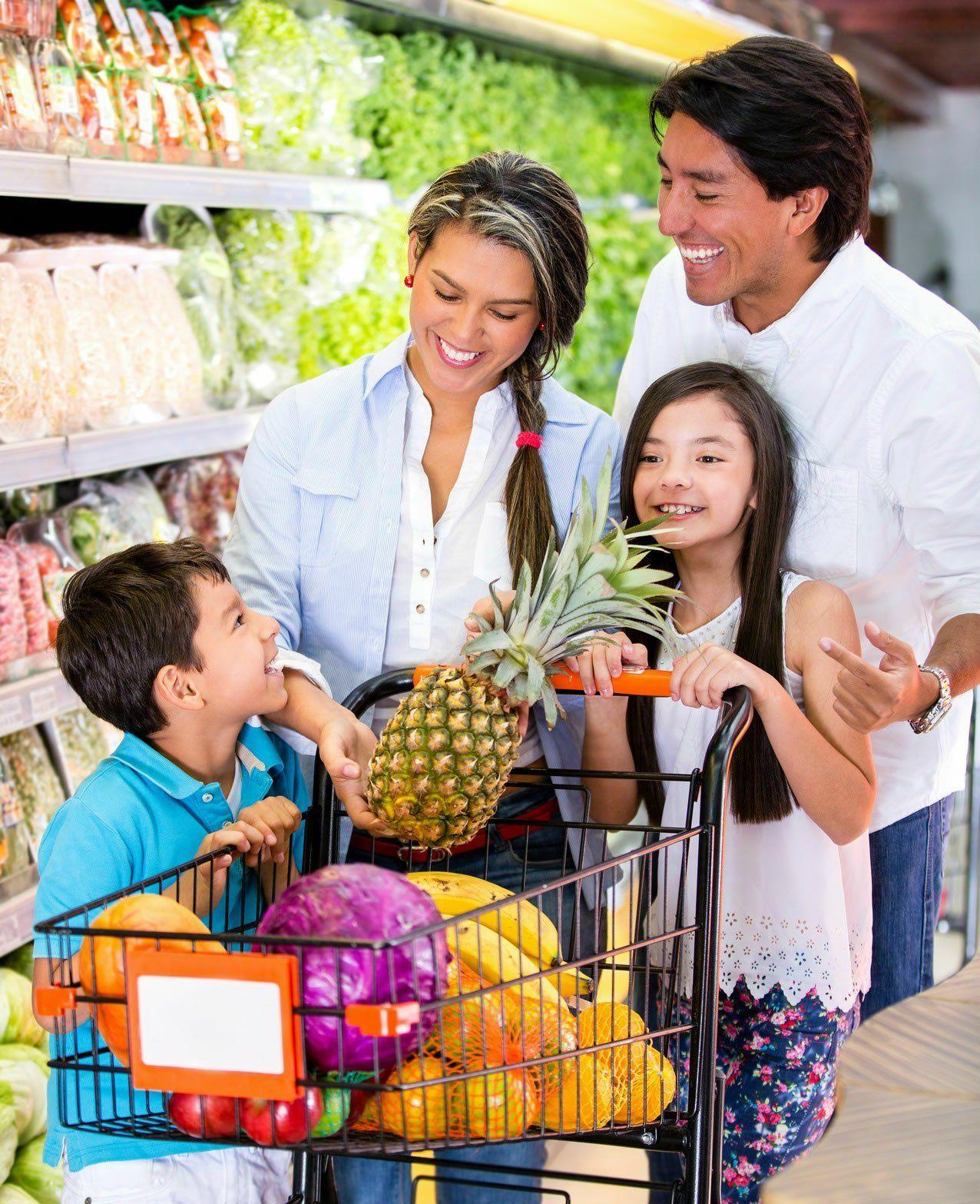 photodune-4167651-happy-family-at-the-supermarket-m-happy-family