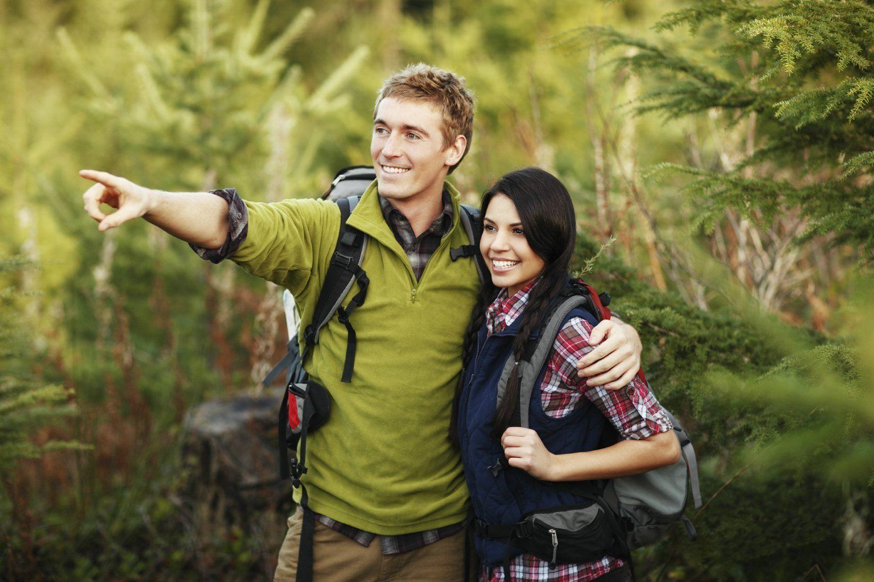 romantic-couple-first-date-ideas-hiking-adventure-couple